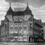 Blick vom Trachenberger Platz auf die Apotheke, rechts davon befindet sich ein kleiner EDEKA-Laden
