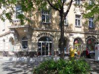 Blick von der Barbara Straße auf die Apotheke